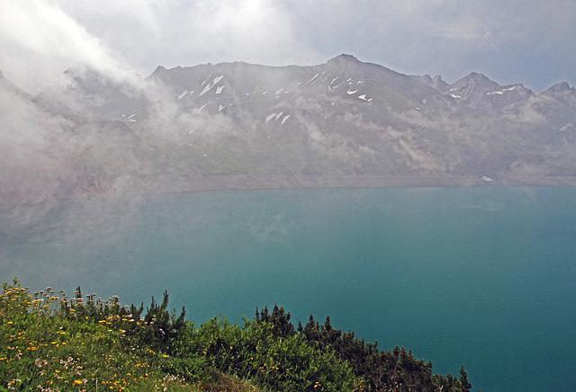 Fallender Nebel über dem See