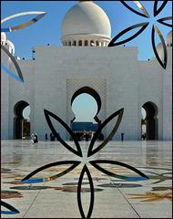 AbuDhabi : l'ingresso principale visto dalla moskea attraverso il cristallo dell'ingresso
