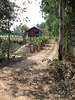 Maison et sentier / Pretty house along a quiet path