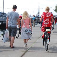 Blonde Divinité en escarpins rouges sur son vélo