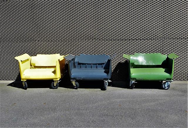 Müllcontainer als Sitzgelegenheiten
