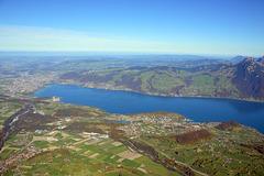 Sicht auf den unteren Teil des Thunersees, mit der Stadt Thun, und Spiez