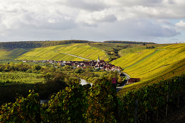Ein Dorf versinkt in einem Farbenmeer - A village is sinking into a sea of colours
