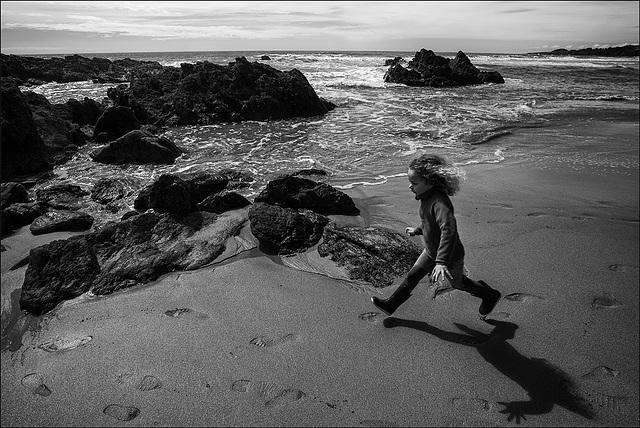 Petite fille à la plage.
