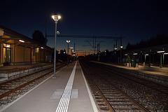 Beginn eines traumhaften Herbsttages am Bahnhof Schüpfen ( CH )