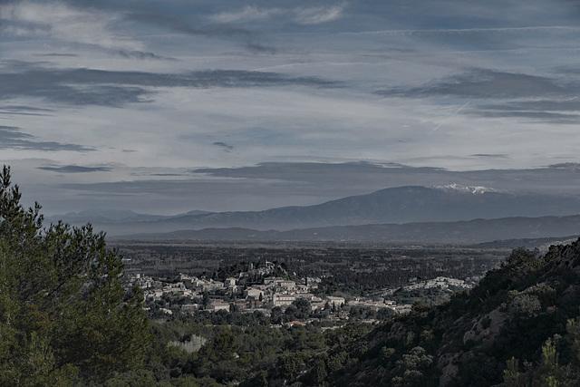 Le village d'Eygalières et le Mont Ventoux vus du Gros Calan dans les Alpilles.