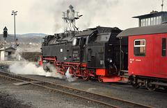 Ein Zug verlässt den Bahnhof  Wernigerode (PiP)
