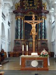 Jesuskreuz vor dem Hochaltar in der Schlosskirche Friedrichshafen