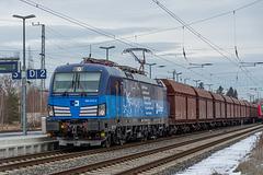 07 - Siemens-Vectron von České Dráhy Cargo bei der Durchfahrt mit einem Güterzug durch den Bahnhof Elsterwerda
