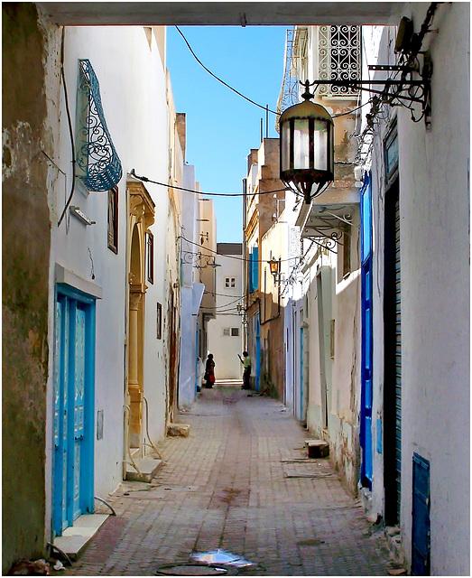 Kairouan : un vicolo stretto ben illuminato anche la notte