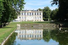Le miroir d'eau du Château de Canon