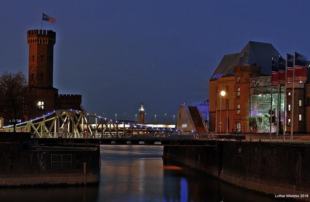 Malakoffturm, Drehbrücke und Schokoladenmuseum im Rheinauhafen (im Hintergrund Messeturm Köln)