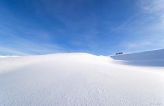 ein noch unberührtes Schneefeld (© Buelipix)