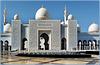 AbuDhabi : due grandi fontane zampillanti accolgono i visitatori all'ingresso principale della moskea