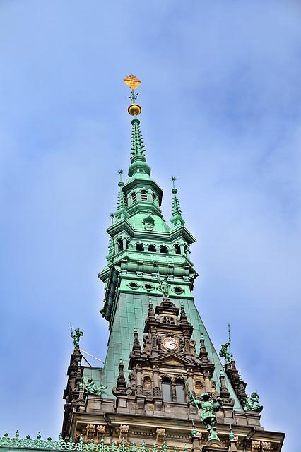 Turmspitze vom Hamburger Rathaus, der Turm hat eine Höhe von 112 Metern