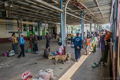 im Bahnhof von Aungpan (© Buelipix)