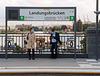 Vorbildlich an der Hochbahn-Station im Hamburger Hafen