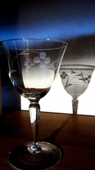 Weinglas mit Licht und Schatten