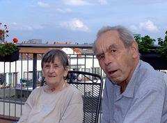 Vater und Großmutter auf der Dachterasse vom Pflegeheim