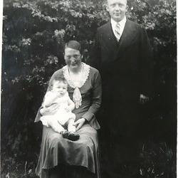 1932 Meine Eltern mit mir - miaj gepatroj kune kun mi