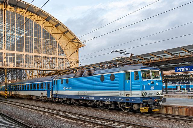 43 - Lok 362 076-2 von České Dráhy im Prager Hauptbahnhof im Personenzugdienst