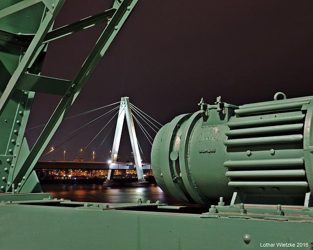 Severinsbrücke und Motor des Lastenkrans Nr. 15 im Rheinauhafen