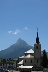 Le sommet de Chamechaude et l'église de Saint-Pierre-de-Chartreuse (Isère)