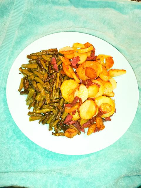 Bratkartoffeln mit Sucuk und karamelisierten Buschbohnen.