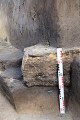 Metall schimmert unter dem Stein