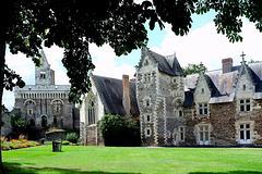 Dans la cour du château du Plessis-Macé