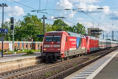17 - Intercity mit DB 101 118-8 und einer nicht erkannten DB 101 hat Einfahrt im vom Architekt Hundertwasser umgestalteten Bahnhof Uelzen