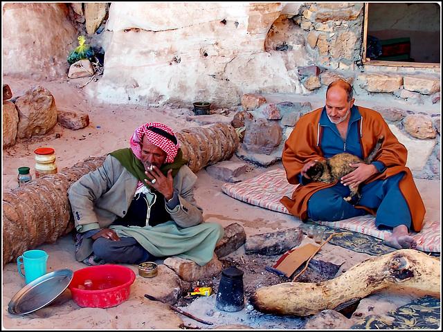 Così viv0n0 i beduini del Sinai...stuoie e fumo....il fuoco se fa freddo...il buco nella roccia se fa caldo...un dromedario fa parte della famiglia a dare il buon esempio : stare calmi, mangiare nient