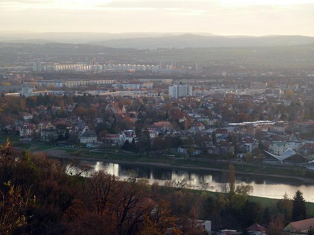 Blick über die Elbe und einen teil von Dresden richtung Erzgebirge