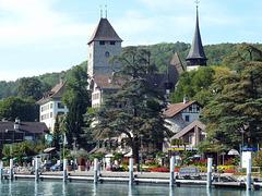 Schloss und Kirche Spiez mit der Romenade zum Schiffsanleger
