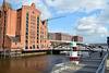 Hafen-City im Hintergrund die Baakenbrücke am Magdeburger Hafen, links das Internationale Matitime Museum Hamburg