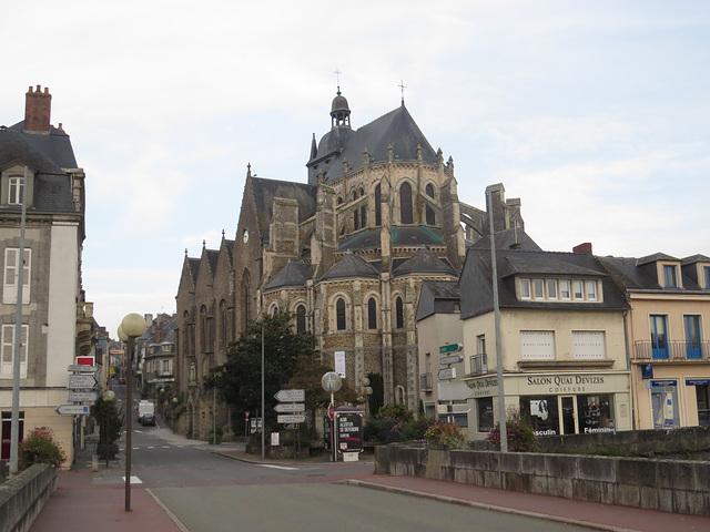 Mayenne : Notre-Dame des miracles vue depuis le pont Notre-Dame.