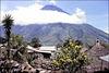 Guatemala (GCA) Juillet 1979. Volcan au environs du Lac Atitlan. (Diapositive numérisée).
