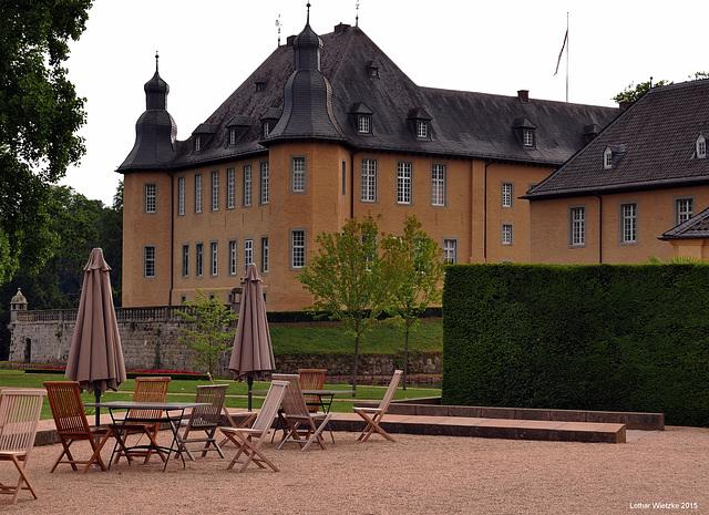 Terrasse vor der Orangerie mit Ostflügel