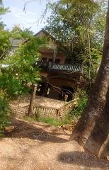 Une maison s'enlisait... / A house was bogging down....