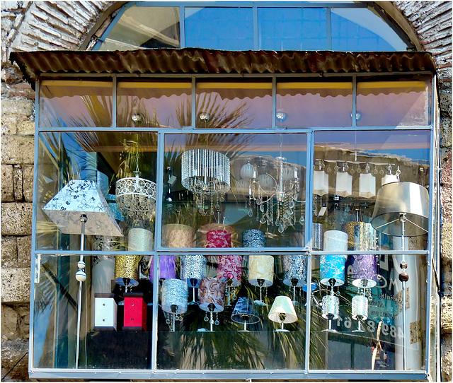 Oggetti appesi : una vetrina con grande esposizione di lampade