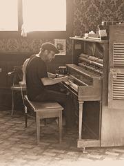 Pianospieler im Saloon