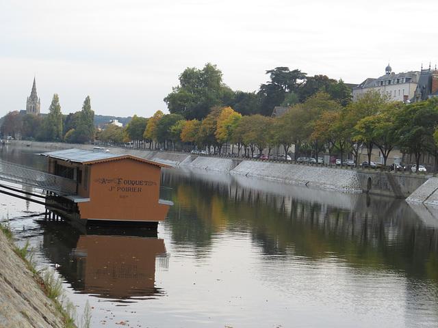 Laval : bâteau-lavoir Saint-Julien.
