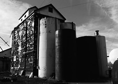 Silo with tanks