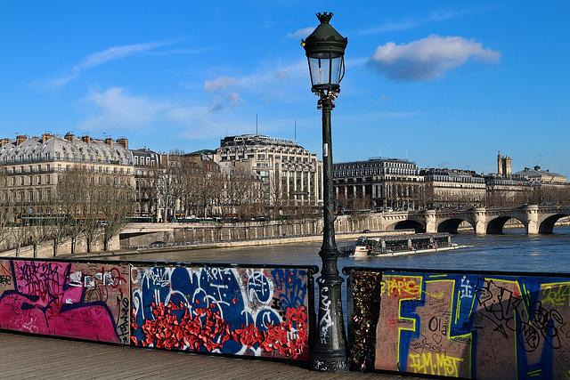 La ville de Paris a installé des panneaux pour empêcher la pose de cadenas