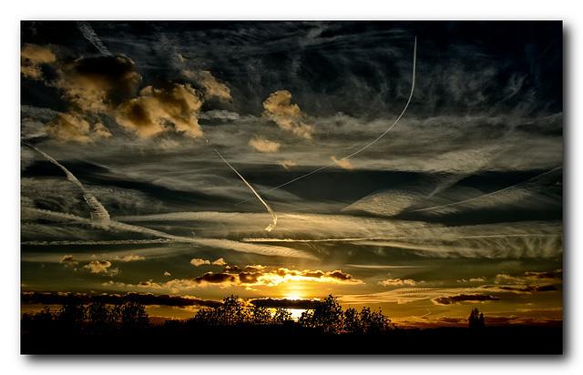 Quand le ciel dominical se mue en palette de nuages sur fond de couchant...