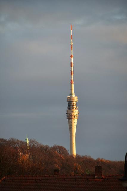 Im letzten Abendlicht im Novemver der Fernsehturm Dresden