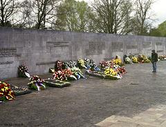 Gedenkstätte Bergen-Belsen, Inschriftenwand