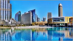 Dubai : la grande fontana : a sin. il Burj Khalifa, a ds il Dubai Mall