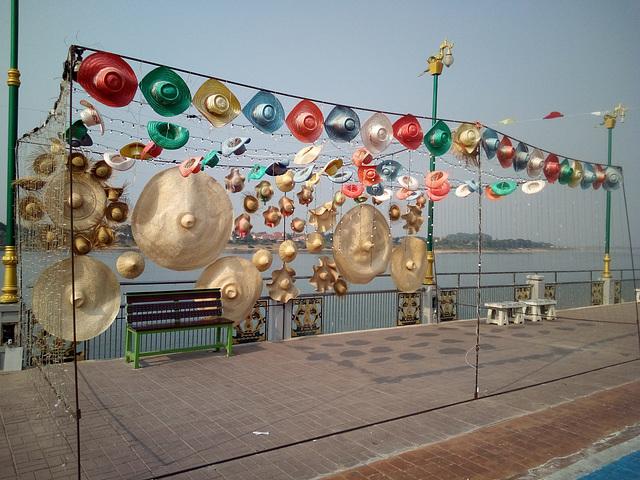 Chapeaux assortis du Mékong / Miscellaneous Mekong hats display