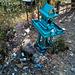 S'agenouiller parmi les déchets pour prier.....(Laos)